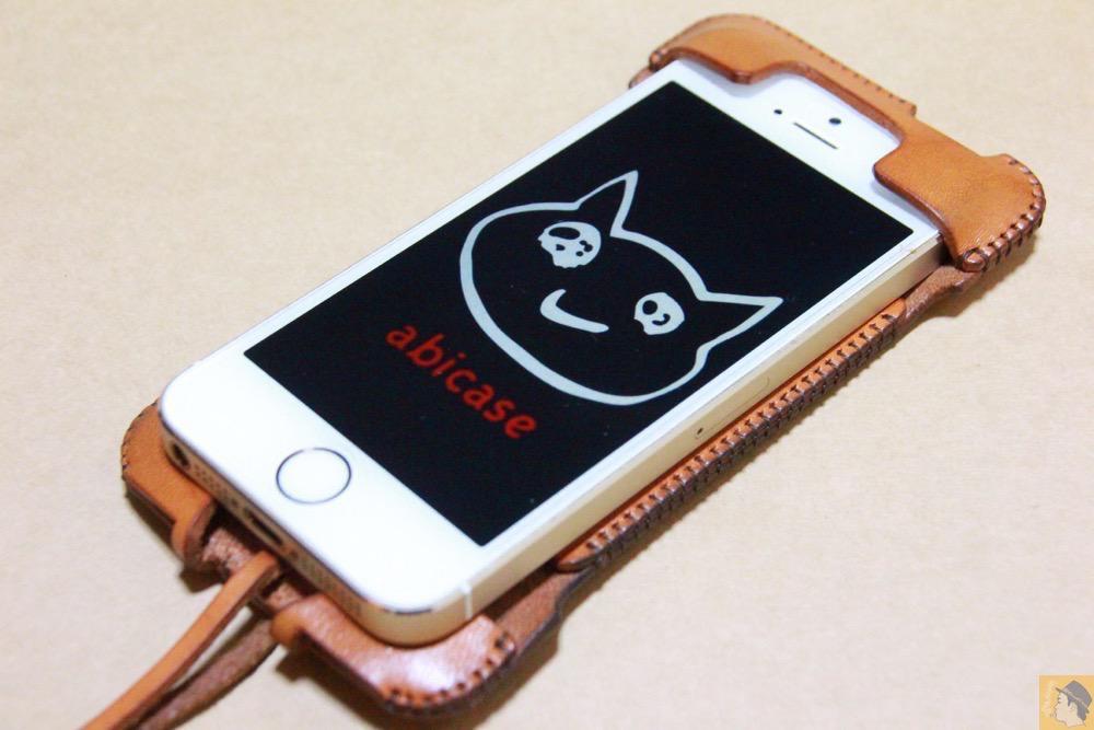 コツが要らずの装着方法1 - 指紋認証対応abicase(アビケース)はコツ要らずでiPhone装着が出来る。そして現在にも受け継がれているデザイン / iPhone 5/5s [レビュー 23/40]
