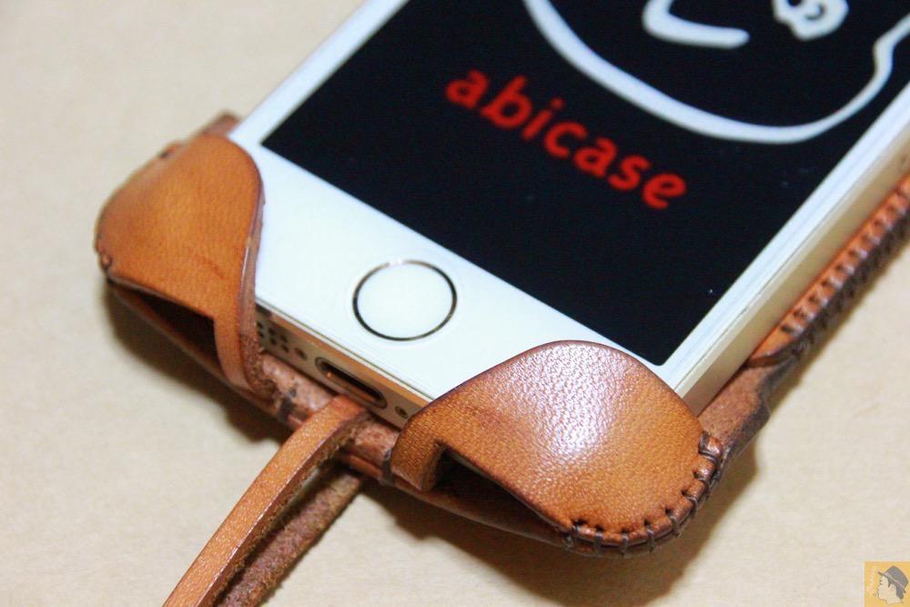 コツが要らずの装着方法5 - 指紋認証対応abicase(アビケース)はコツ要らずでiPhone装着が出来る。そして現在にも受け継がれているデザイン / iPhone 5/5s [レビュー 23/40]