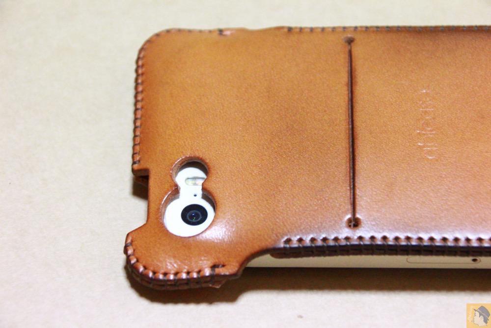カメラ穴 - 指紋認証対応abicase(アビケース)はコツ要らずでiPhone装着が出来る。そして現在にも受け継がれているデザイン / iPhone 5/5s [レビュー 23/40]