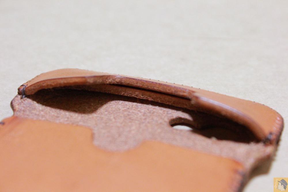 ボタンを押しやすくする棒状の革 - 飴色abicase(アビケース)、間違って作ってしまった染みもエイジングの1つ / iPhone 5/5s [レビュー 19/40]