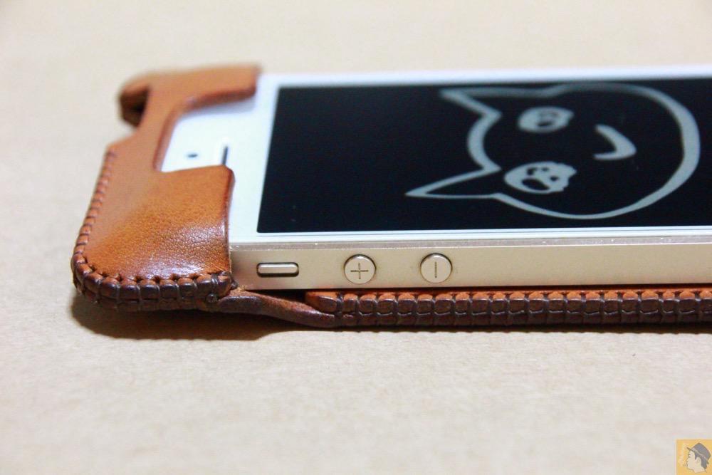 音量調整ボタン・マナーモード切替えスイッチ - 指紋認証対応abicase(アビケース)はコツ要らずでiPhone装着が出来る。そして現在にも受け継がれているデザイン / iPhone 5/5s [レビュー 23/40]