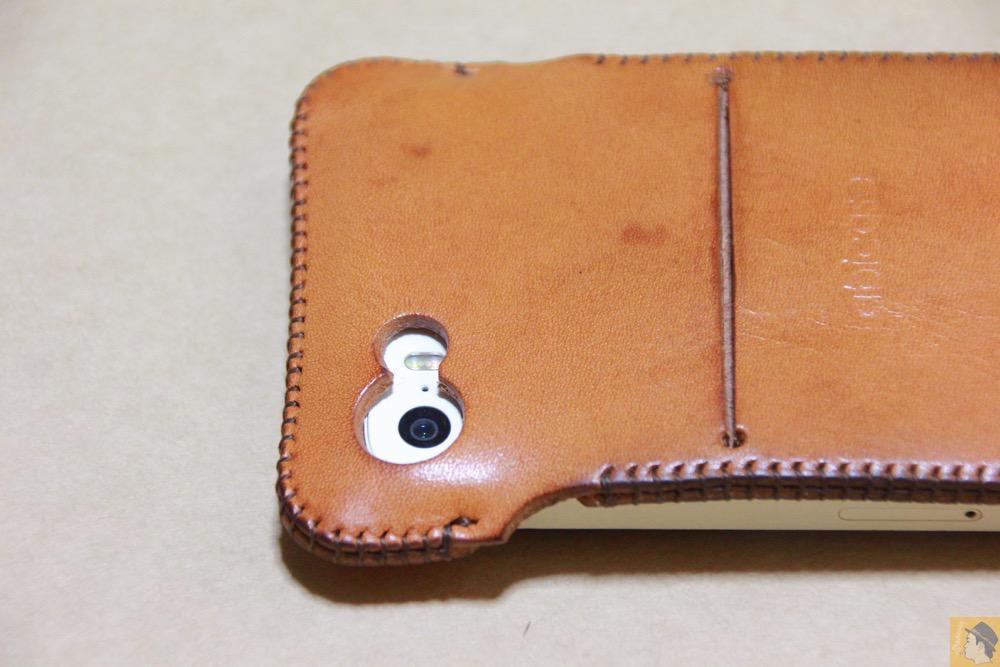 カメラ穴 - 飴色abicase(アビケース)、間違って作ってしまった染みもエイジングの1つ / iPhone 5/5s [レビュー 19/40]