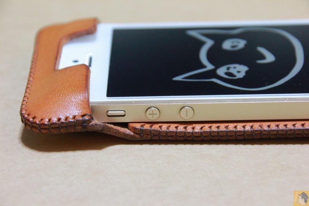音量調整ボタン・マナーモード切替えスイッチ - 飴色abicase(アビケース)、間違って作ってしまった染みもエイジングの1つ / iPhone 5/5s [レビュー 19/40]