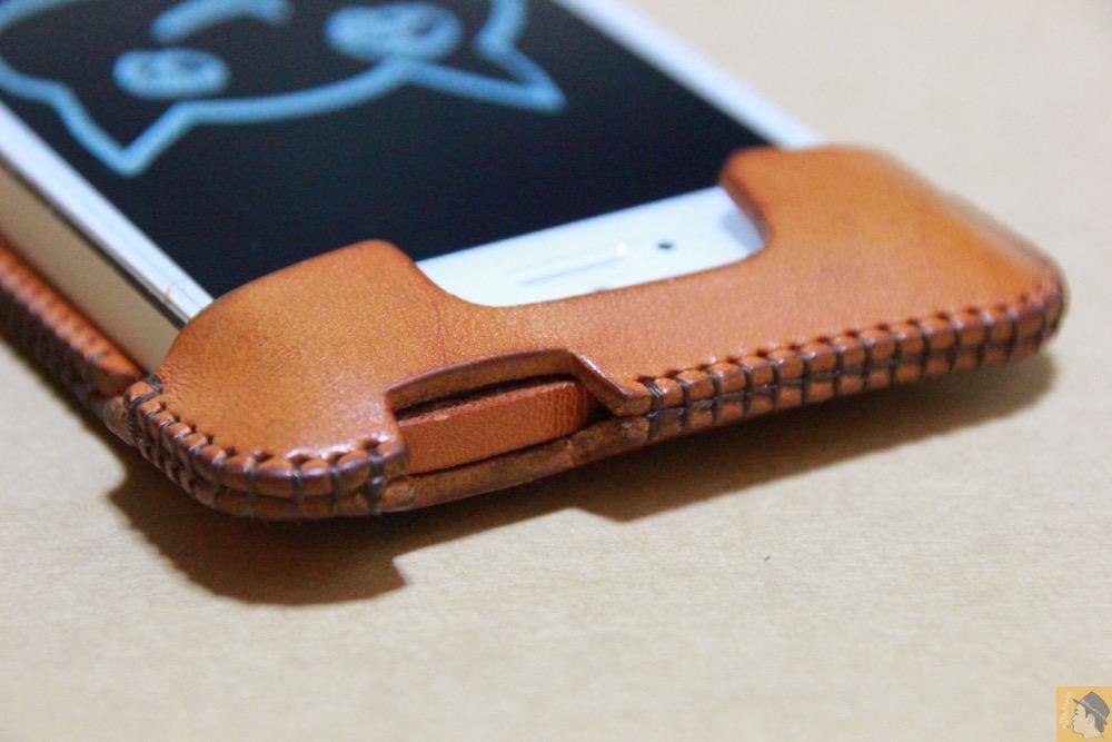 電源ボタン・ロックボタン - 指紋認証対応abicase(アビケース)はコツ要らずでiPhone装着が出来る。そして現在にも受け継がれているデザイン / iPhone 5/5s [レビュー 23/40]