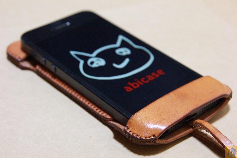 コツが必要な装着方法1 - 指紋認証対応abicase(アビケース)はコツ要らずでiPhone装着が出来る。そして現在にも受け継がれているデザイン / iPhone 5/5s [レビュー 23/40]