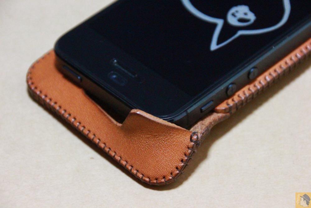 コツが必要な装着方法2 - 指紋認証対応abicase(アビケース)はコツ要らずでiPhone装着が出来る。そして現在にも受け継がれているデザイン / iPhone 5/5s [レビュー 23/40]