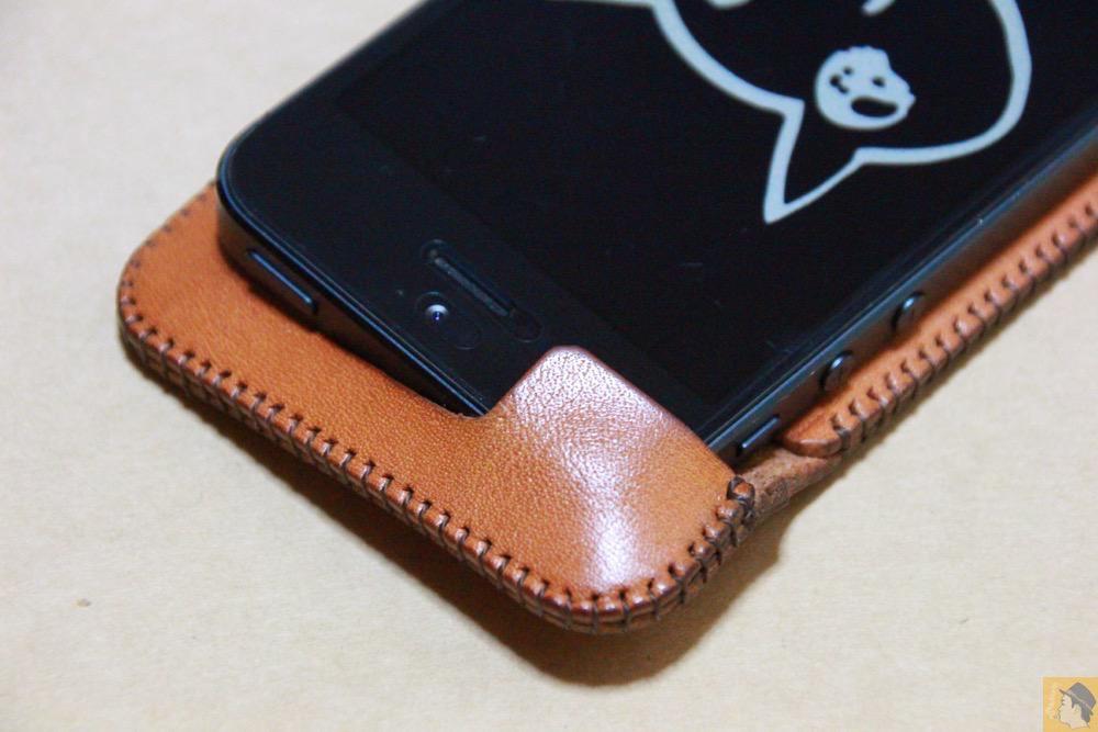 コツが必要な装着方法3 - 指紋認証対応abicase(アビケース)はコツ要らずでiPhone装着が出来る。そして現在にも受け継がれているデザイン / iPhone 5/5s [レビュー 23/40]