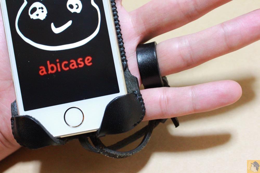 ストラップ - 指紋認証に対応したabicase(アビケース)、フラップ部分でホームボタンを露出させて工夫 / iPhone 5/5s [レビュー 22/40]