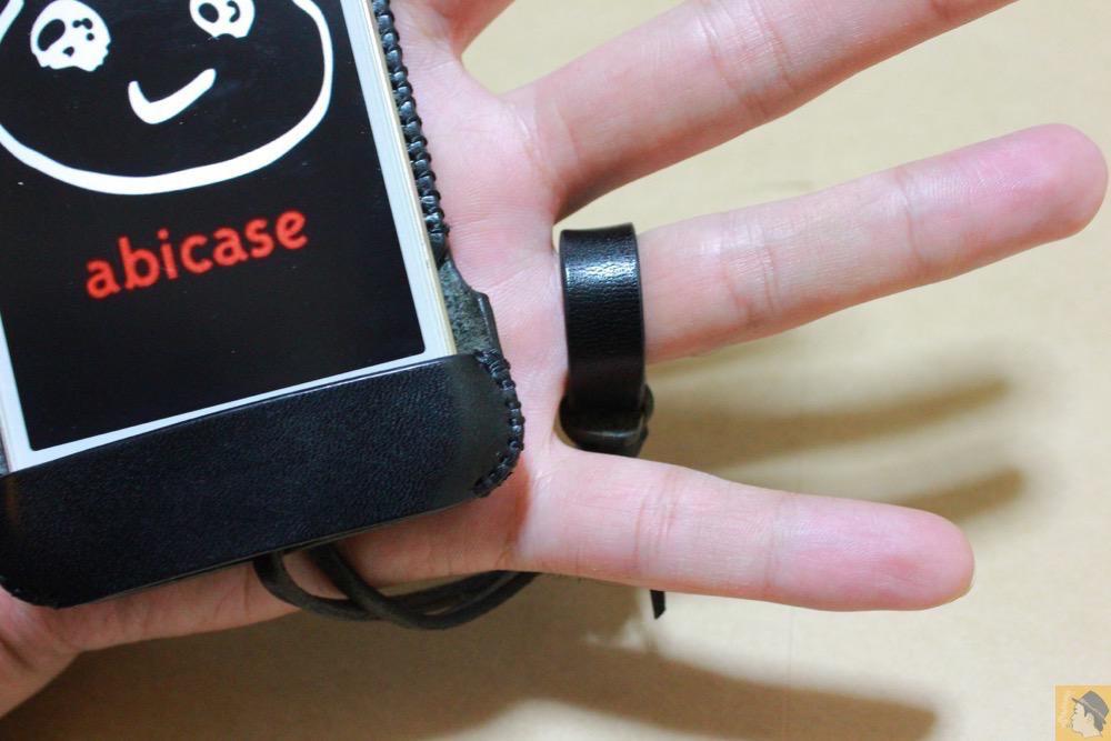 薬指に輪っかをはめる2 - さらに進化したストラップのabicase(アビケース)、デザイン変わり指に付けるのが簡単に / iPhone 5/5s [レビュー 18/40]