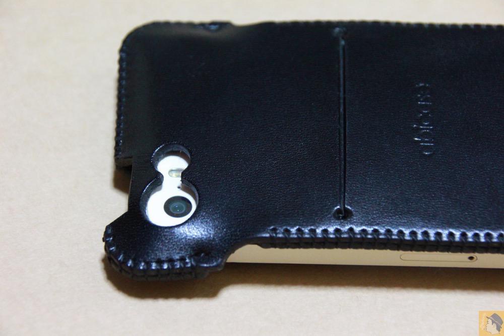 カメラ穴 - 指紋認証に対応したabicase(アビケース)、フラップ部分でホームボタンを露出させて工夫 / iPhone 5/5s [レビュー 22/40]
