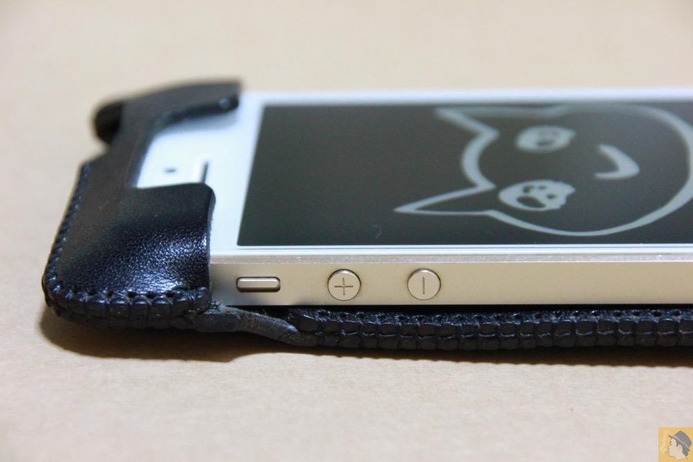 音量調整ボタン・マナーモード切替えスイッチ - 指紋認証に対応したabicase(アビケース)、フラップ部分でホームボタンを露出させて工夫 / iPhone 5/5s [レビュー 22/40]