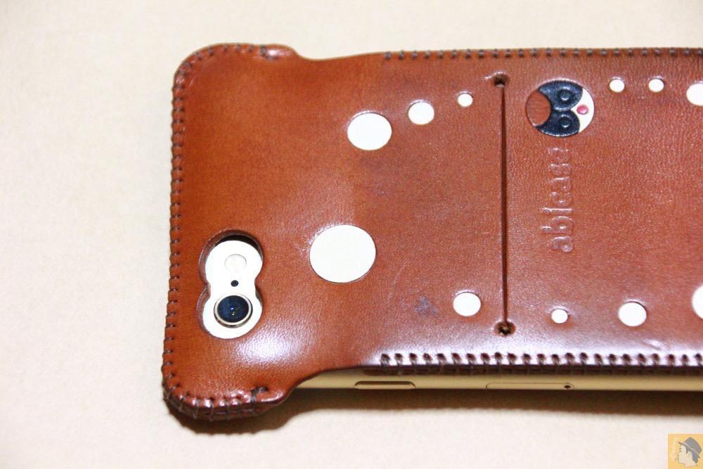 カメラ穴 - abicase アビケースの背面にデザインを施し個性的にし、キャメル色をところんエイジング / iPhone 6/6s [レビュー 34/40]