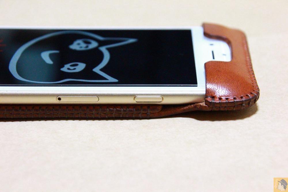スリープボタン - abicase アビケースの背面に個性的なデザインを施し、キャメル色をエイジングさせ深い色へ / iPhone 6/6s [レビュー 34/40]