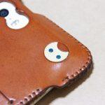 キャメル色のabicase(アビケース)。綺麗にエイジングした栃木レザーの銀面には猫を模した革細工付き / iPhone 5/5s [レビュー 28/40]
