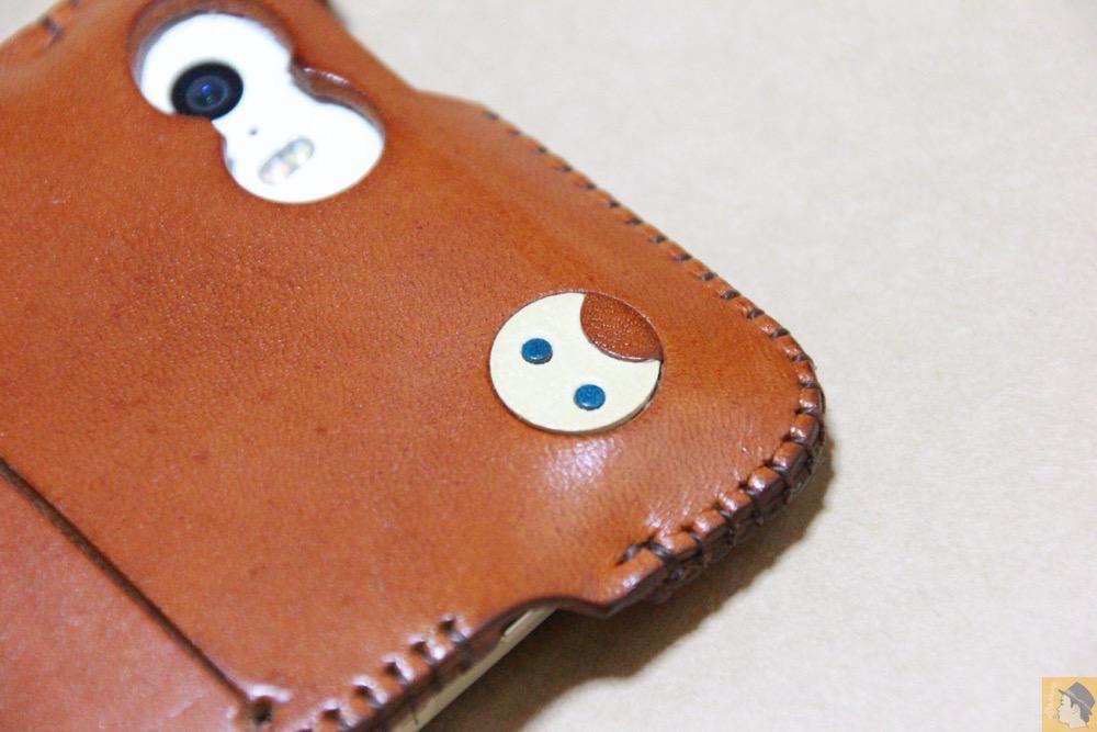 猫を模した革細工 - キャメル色のabicase(アビケース)。綺麗にエイジングした栃木レザーの銀面には猫を模した革細工付き / iPhone 5/5s [レビュー 28/40]