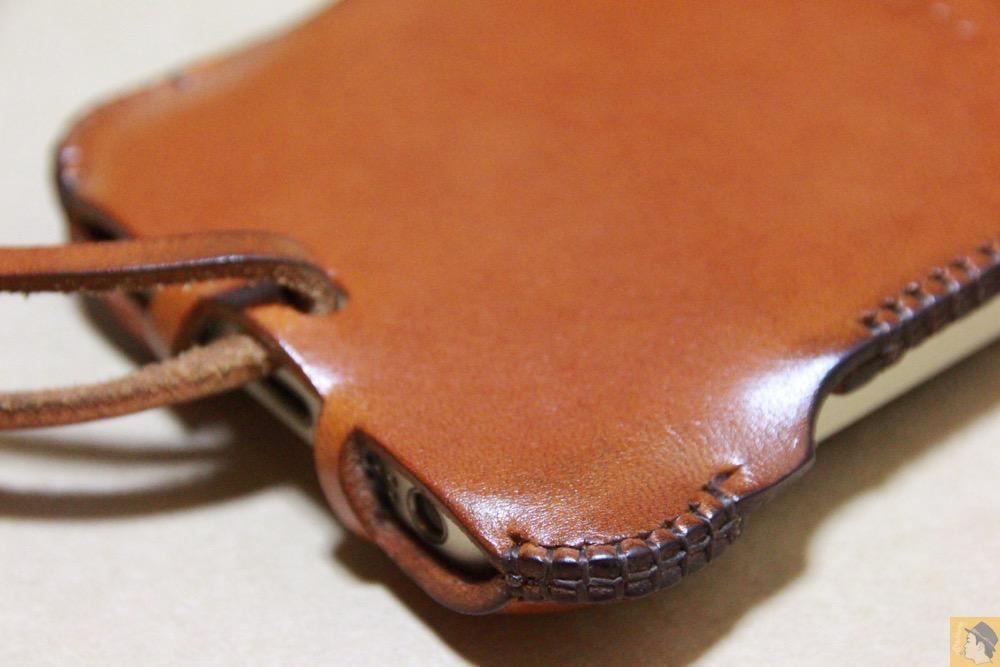 背面下部のエイジング - キャメル色のabicase(アビケース)。綺麗にエイジングした栃木レザーの銀面には猫を模した革細工付き / iPhone 5/5s [レビュー 28/40]