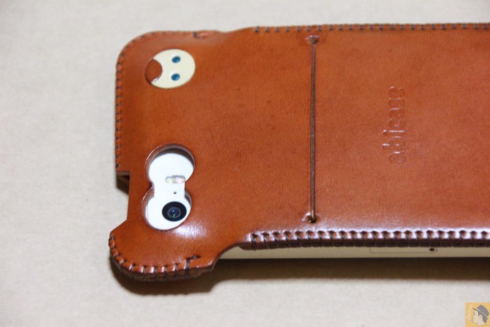 カメラ穴 - キャメル色のabicase(アビケース)。綺麗にエイジングした栃木レザーの銀面には猫を模した革細工付き / iPhone 5/5s [レビュー 28/40]