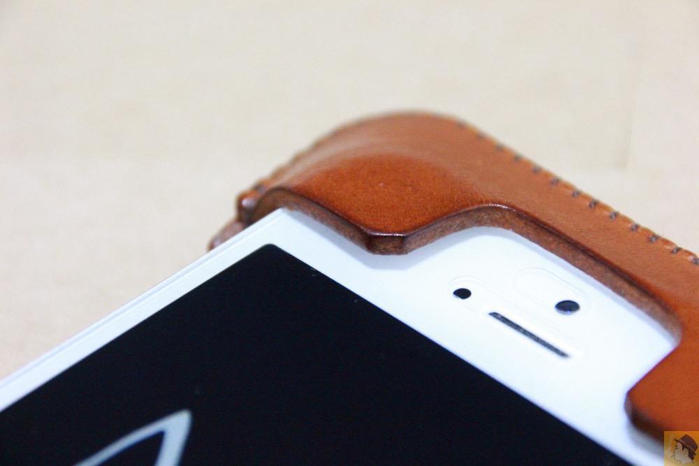 フラップ上部のエイジング - キャメル色のabicase(アビケース)。綺麗にエイジングした栃木レザーの銀面には猫を模した革細工付き / iPhone 5/5s [レビュー 28/40]