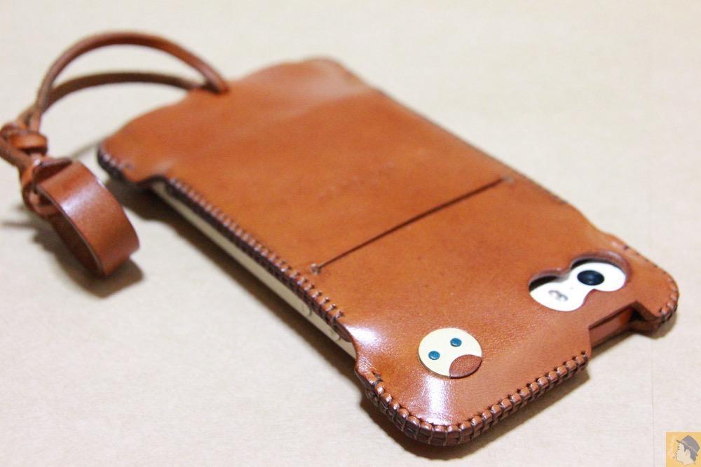 現在のキャメル色の背面 - キャメル色のabicase(アビケース)。綺麗にエイジングした栃木レザーの銀面には猫を模した革細工付き / iPhone 5/5s [レビュー 28/40]
