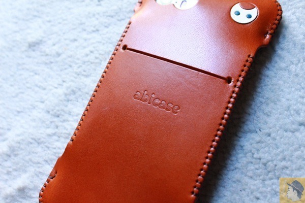 購入時の背面 - キャメル色のabicase(アビケース)。綺麗にエイジングした栃木レザーの銀面には猫を模した革細工付き / iPhone 5/5s [レビュー 28/40]