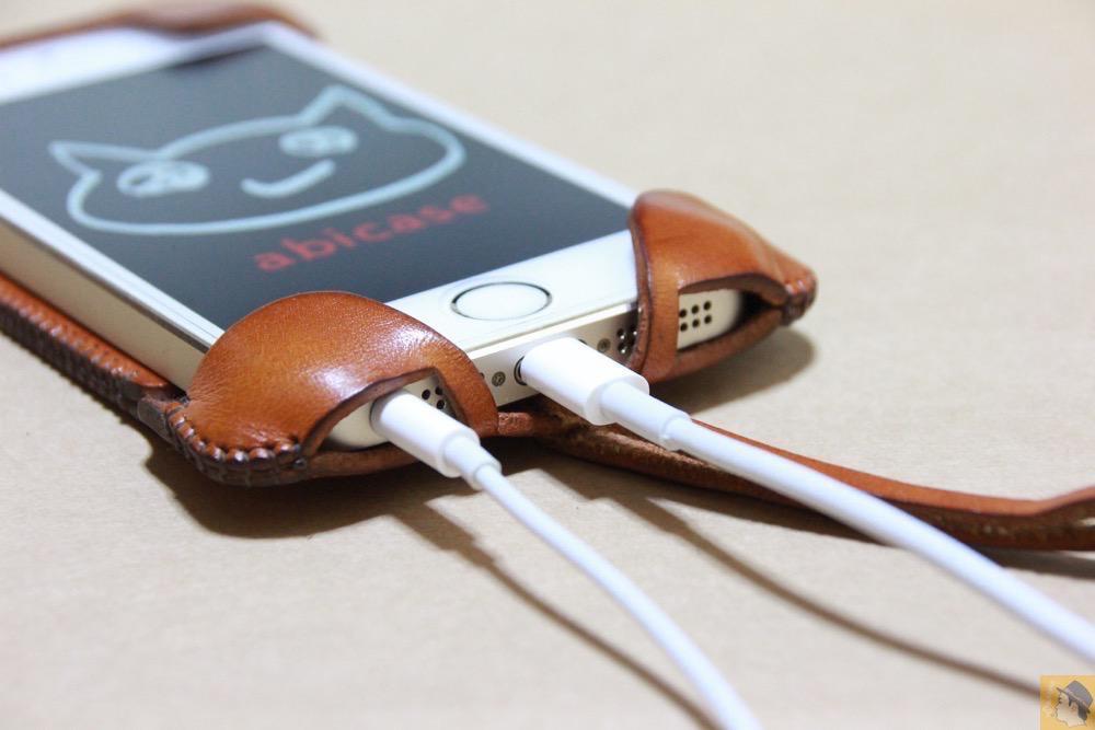 充電ケーブル・イヤフォン - キャメル色のabicase(アビケース)。綺麗にエイジングした栃木レザーの銀面には猫を模した革細工付き / iPhone 5/5s [レビュー 28/40]