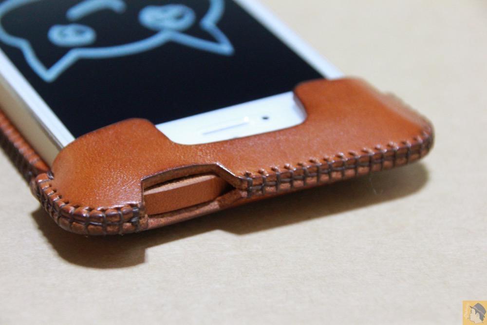 電源ボタン・ロックボタン - キャメル色のabicase(アビケース)。綺麗にエイジングした栃木レザーの銀面には猫を模した革細工付き / iPhone 5/5s [レビュー 28/40]