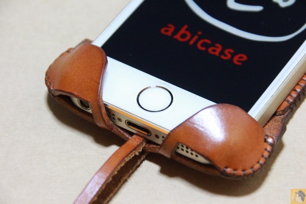 ホームボタン - キャメル色のabicase(アビケース)。綺麗にエイジングした栃木レザーの銀面には猫を模した革細工付き / iPhone 5/5s [レビュー 28/40]