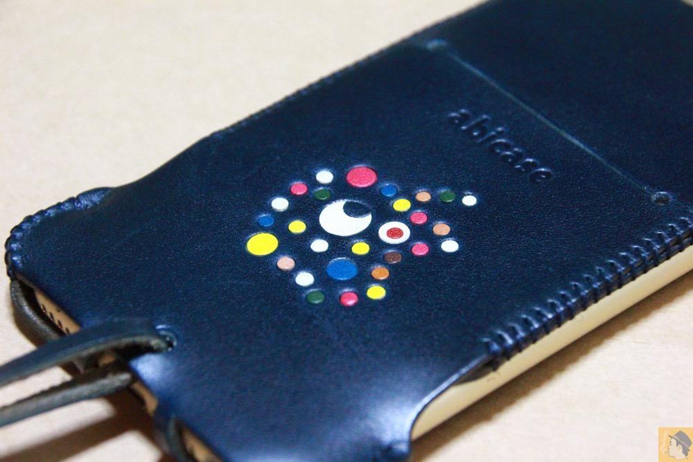 カラフルリンゴドット柄 - ネイビーabicase アビケース 背面に施されたリンゴドット柄がカラフル配色です / iPhone 6/6s [レビュー 33/40]