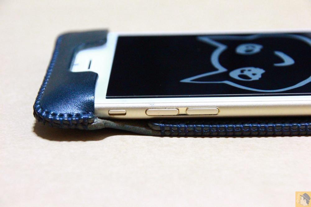 音量調整ボタン・マナーモード切替えスイッチ - ネイビーabicase アビケース 背面に施されたリンゴドット柄がカラフル配色です / iPhone 6/6s [レビュー 33/40]