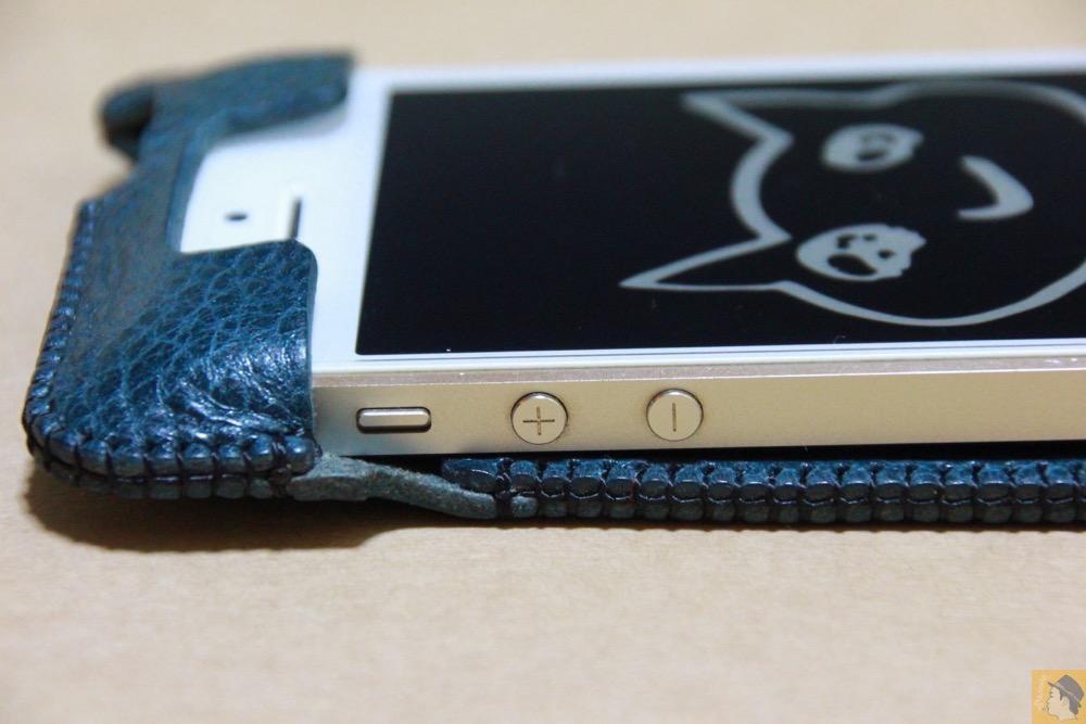 音量調整ボタン・マナーモード切替えスイッチ - 指紋認証対応abicase(アビケース)、フラップ部分の革面積が少なくなったけどiPhoneへのフィット感は健在 / iPhone 5/5s [レビュー 25/40]