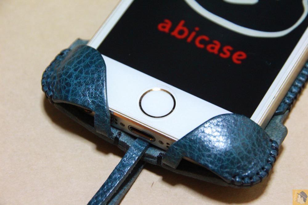 ホームボタン - 指紋認証対応abicase(アビケース)、フラップ部分の革面積が少なくなったけどiPhoneへのフィット感は健在 / iPhone 5/5s [レビュー 25/40]