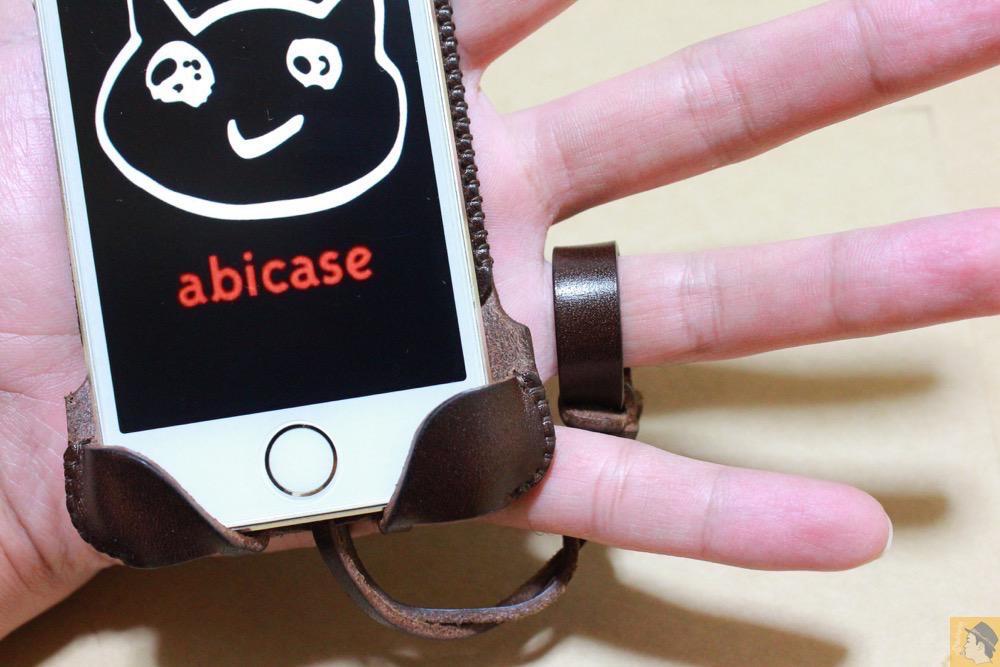 ストラップ - チョコ色abicase(アビケース)、フラップが2枚革から1枚革になったことでiPhoneのフィット感がさらに増す! / iPhone 5/5s [レビュー 26/40]