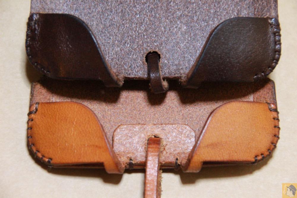 背面の床面 - チョコ色abicase(アビケース)、フラップが2枚革から1枚革になったことでiPhoneのフィット感がさらに増す! / iPhone 5/5s [レビュー 26/40]