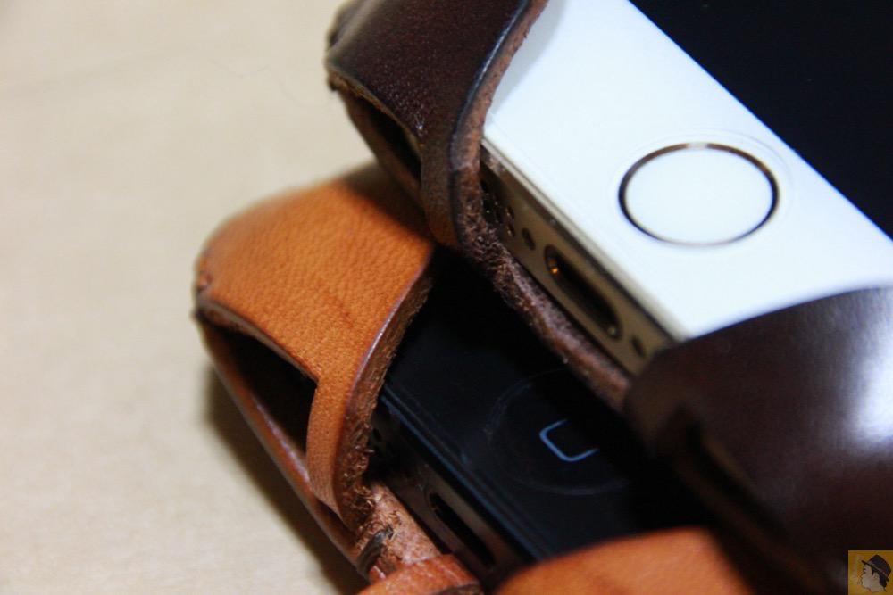フラップ部分の隙間 - チョコ色abicase(アビケース)、フラップが2枚革から1枚革になったことでiPhoneのフィット感がさらに増す! / iPhone 5/5s [レビュー 26/40]