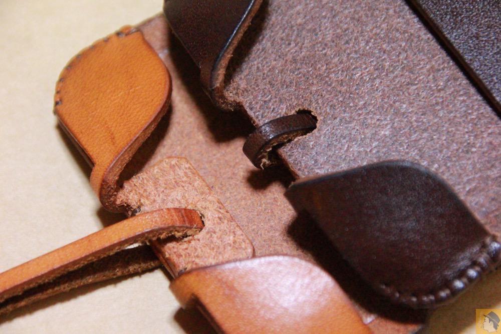 サムネイル - チョコ色abicase(アビケース)、フラップが2枚革から1枚革になったことでiPhoneのフィット感がさらに増す! / iPhone 5/5s [レビュー 26/40]