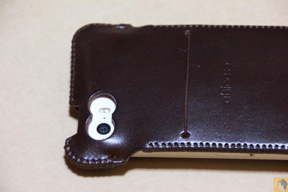 カメラ穴 - チョコ色abicase(アビケース)、フラップが2枚革から1枚革になったことでiPhoneのフィット感がさらに増す! / iPhone 5/5s [レビュー 26/40]