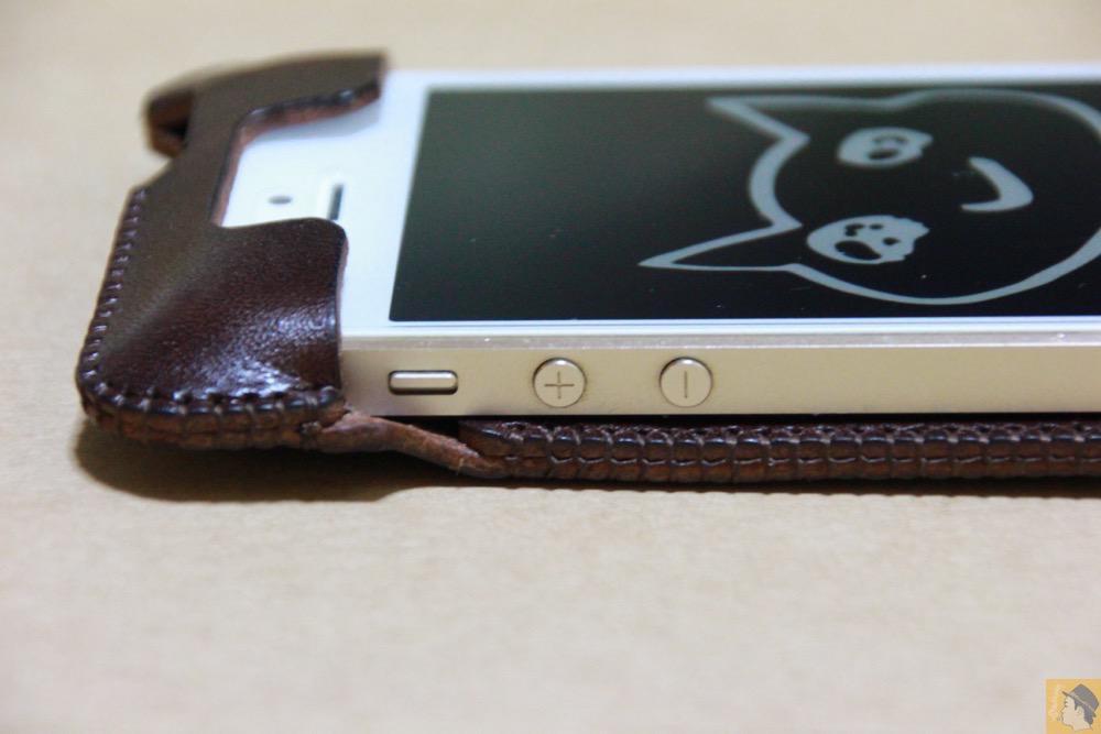 音量調整ボタン・マナーモード切替えスイッチ - チョコ色abicase(アビケース)、フラップが2枚革から1枚革になったことでiPhoneのフィット感がさらに増す! / iPhone 5/5s [レビュー 26/40]