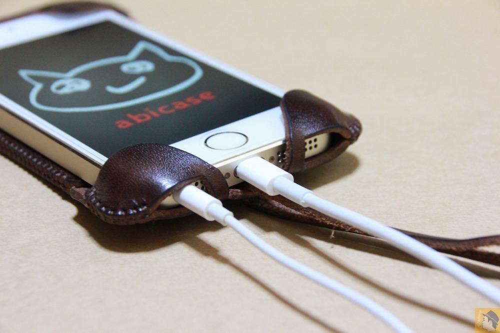 充電ケーブル・イヤフォン - チョコ色abicase(アビケース)、フラップが2枚革から1枚革になったことでiPhoneのフィット感がさらに増す! / iPhone 5/5s [レビュー 26/40]