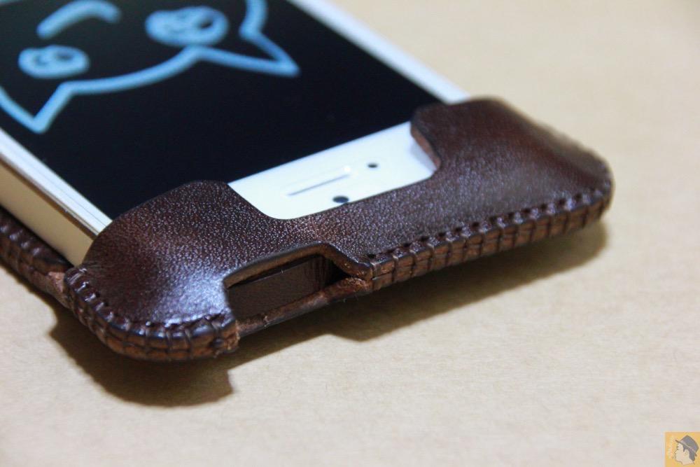 電源ボタン・ロックボタン - チョコ色abicase(アビケース)、フラップが2枚革から1枚革になったことでiPhoneのフィット感がさらに増す! / iPhone 5/5s [レビュー 26/40]