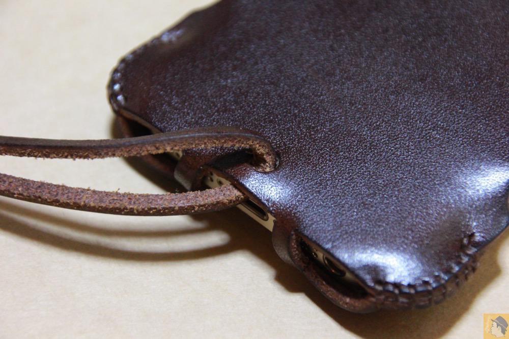 2枚革から1枚革へ - チョコ色abicase(アビケース)、フラップが2枚革から1枚革になったことでiPhoneのフィット感がさらに増す! / iPhone 5/5s [レビュー 26/40]