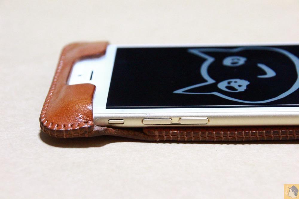 音量調整ボタン・マナーモード切替えスイッチ - キャメル色のabicase アビケースは凝ったことはせずシンプルにしたが、刻印はゴールドにしたiPhoneケース / iPhone 6/6s [レビュー 38/40]