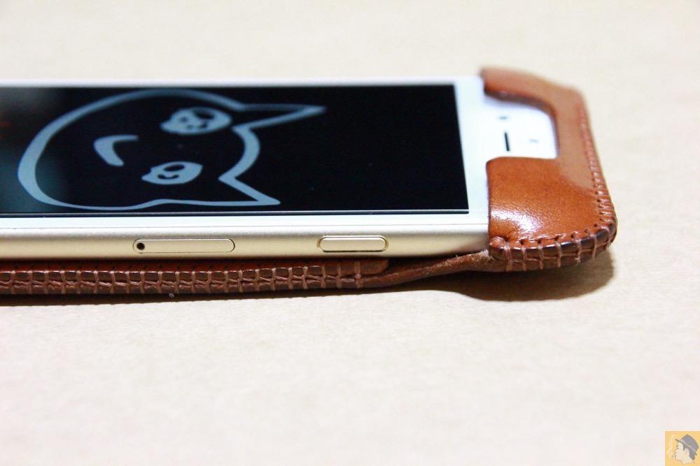 スリープボタン - キャメル色のabicase アビケースは凝ったことはせずシンプルにしたが、刻印はゴールドにしたiPhoneケース / iPhone 6/6s [レビュー 38/40]
