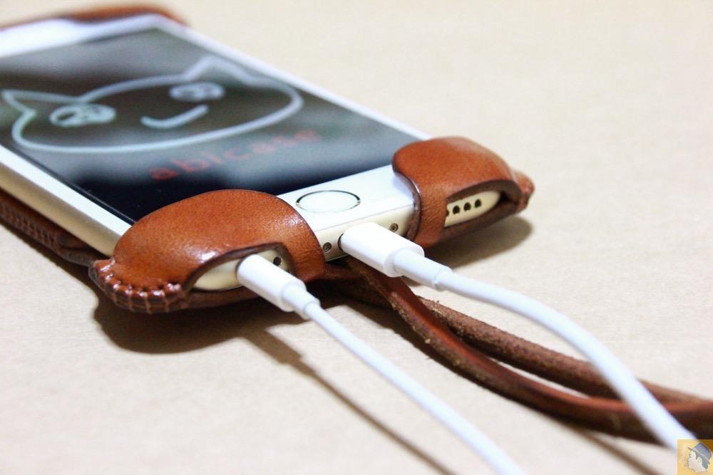 充電ケーブル・イヤフォン - キャメル色のabicase アビケースは凝ったデザインにせず刻印のみゴールドにしシンプルにしたiPhoneケース / iPhone 6/6s [レビュー 38/40]