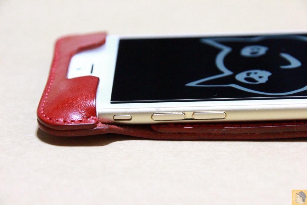 音量調整ボタン・マナーモード切替えスイッチ - 初めての赤色abicase アビケースは背面にこれまでにない刻印の乱れ打ちデザイン / iPhone 6/6s [レビュー 39/40]