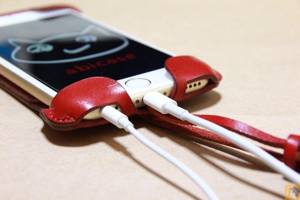 充電ケーブル・イヤフォン - 初めての赤色abicase アビケースは背面にこれまでにない刻印の乱れ打ちデザイン / iPhone 6/6s [レビュー 39/40]