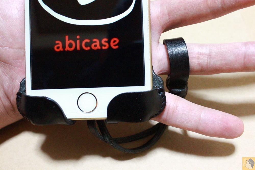 ストラップ - 白黒ストライプ柄abicase アビケースは計算された幅の革をつなぐことでiPhoneケースを仕上げている / iPhone 6/6s [レビュー 35/40]