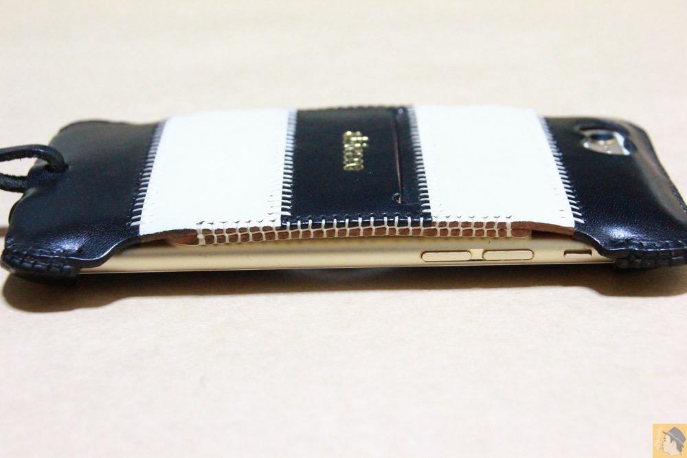 ストライプ柄の真横 - 白黒ストライプ柄abicase アビケースは計算された幅の革をつなぐことでiPhoneケースを仕上げている / iPhone 6/6s [レビュー 35/40]