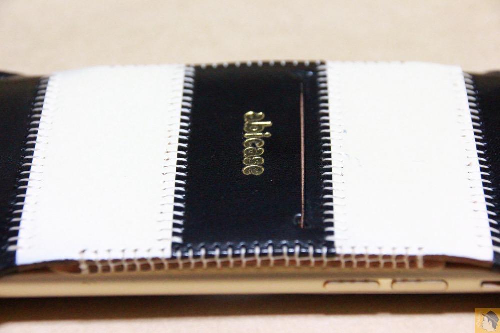 均等な革幅 - 白黒ストライプ柄abicase アビケースは計算された幅の革をつなぐことでiPhoneケースを仕上げている / iPhone 6/6s [レビュー 35/40]