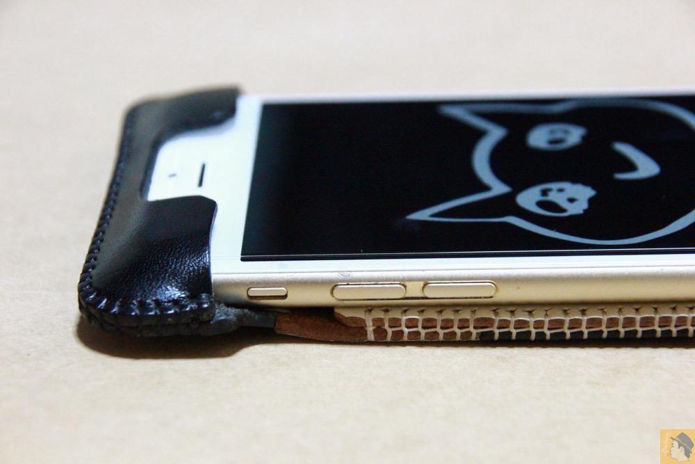 音量調整ボタン・マナーモード切替えスイッチ - 白黒ストライプ柄abicase アビケースは計算された幅の革をつなぐことでiPhoneケースを仕上げている / iPhone 6/6s [レビュー 35/40]