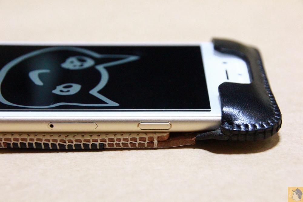 スリープボタン - 白黒ストライプ柄abicase アビケースは計算された幅の革をつなぐことでiPhoneケースを仕上げている / iPhone 6/6s [レビュー 35/40]